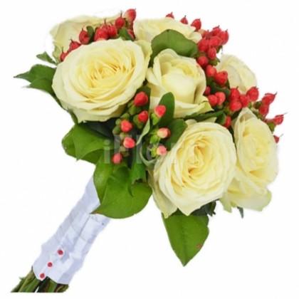 Buchet mireasa trandafiri albi si hypericum