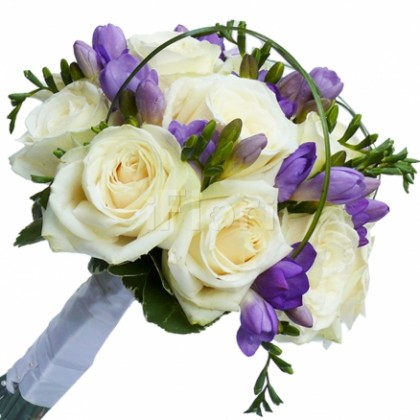 Buchet de mireasa din trandafiri albi si frezia mov