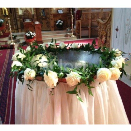 Aranjament cristelnita botez trandafiri crem