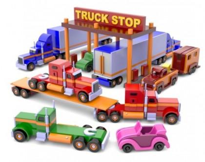 Camion din lemn în benzinărie